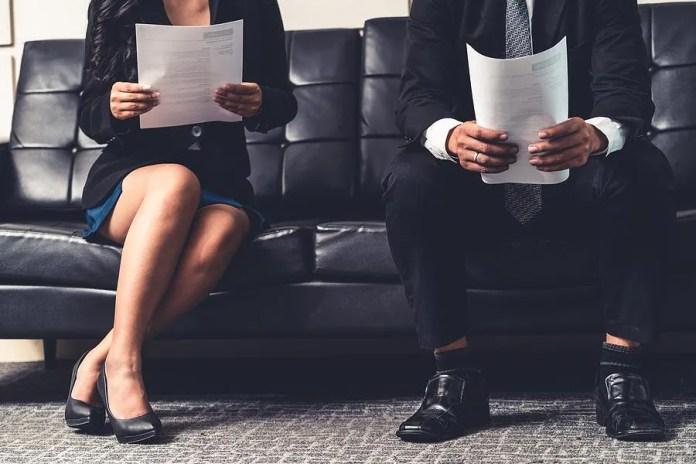 नौकरी के उम्मीदवार एक साक्षात्कार से पहले अपना रिज्यूमे रखते हैं