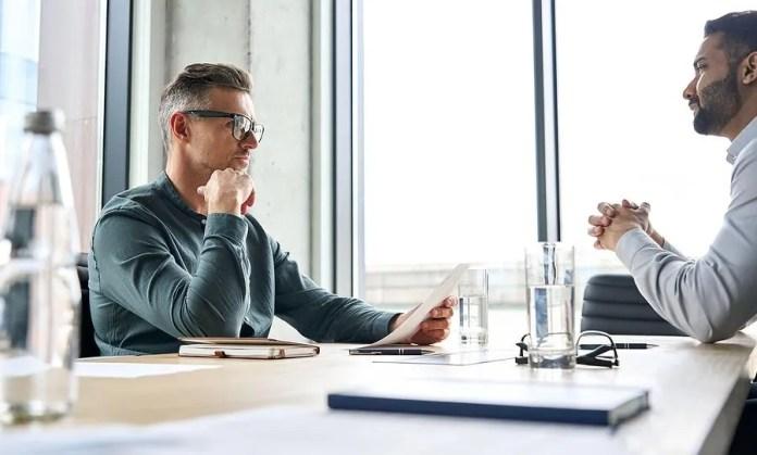 भर्ती प्रबंधक एक साक्षात्कार के दौरान नौकरी के उम्मीदवार का बायोडाटा रखता है