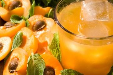 peach bourbon smash cocktail