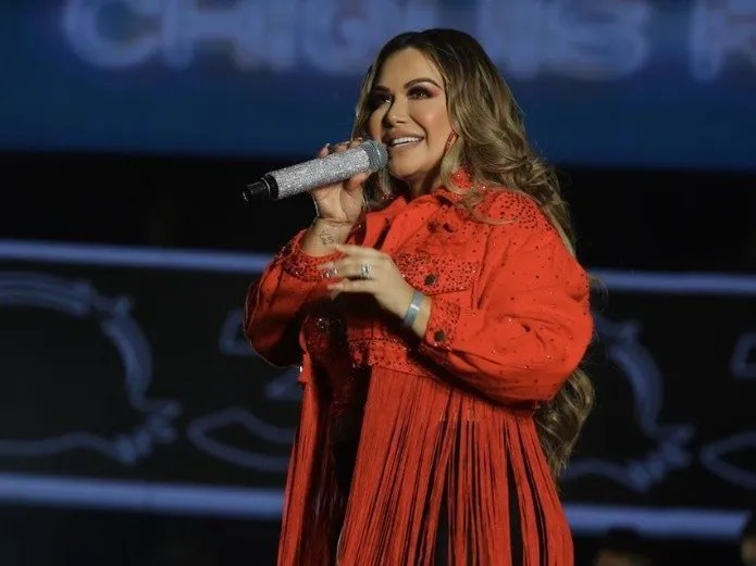 From her bathroom, Chiquis Rivera twerks, covering herself in a robe (Reforma)