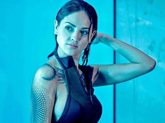 Actress Eiza González flirts with her fans in some videos (Reformation)