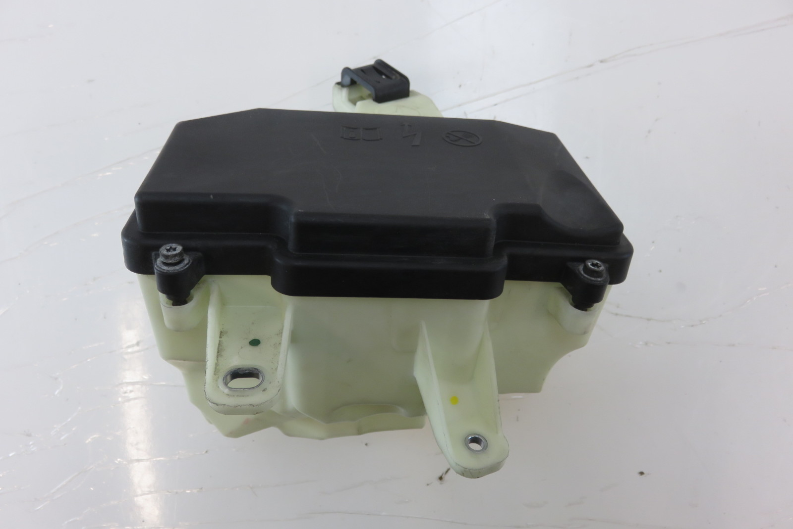 hight resolution of mercedes w222 s550 fuse box housing w cover 2225400024 2225400082
