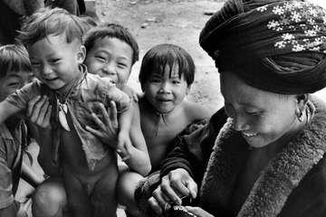 Donna e bambini Yao, confine tra Tailandia e Laos, 1974.