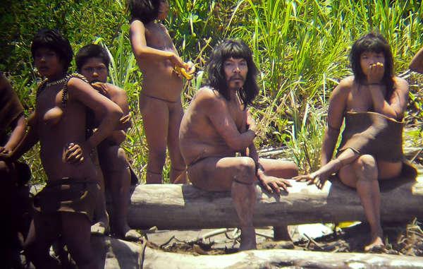 """""""Indígenas mashco-piros no contactados en la orilla de un río cerca del parque nacional del Manu, 2011."""""""