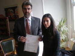 Representante de la embajada de Perú en Madrid recibe la carta para el Presidente Humala y la petición por los indígenas aislados firmada por más de 120.000 personas.