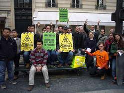 Manifestantes en París piden que se suspenda la expansión del letal proyecto Camisea.