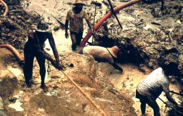 Garimpeiros trabalhando ilegalmente na Terra Indígena Yanomami em 2003.