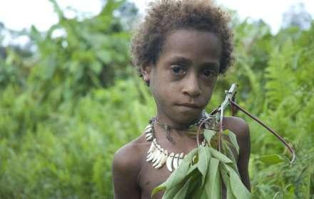 Una ragazza Korowai nel Papua Occidentale, occupato dall'Indonesia dal 1963.
