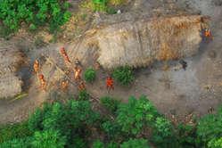 """""""Indígenas no contactados vistos desde el aire durante una expedición del Gobierno. Acre (Brasil), mayo de 2008."""""""
