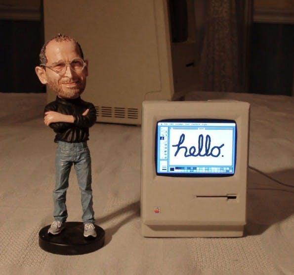 Mini Mac: Im Hintergrund sieht man den klassischen Macintosh. (Bild: John Leake)