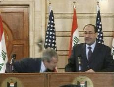 Ο Τζορτζ Μπους σκύβει για να αποφύγει τα παπούτσια που του π�ταξε ο ιρακινός δημοσιογράφος Μουντάζερ αλ-Ζαΐντι.