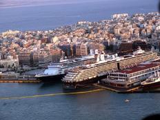 Μετ' εμποδίων η αποβίβαση περίπου 5.000 επιβατών δύο κρουαζιερόπλοιων στο λιμάνι του Πειραιά (φωτο αρχείου)