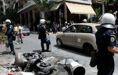 Μοτοσυκλέτες και αυτοκίνητα κάηκαν στην Καλλιδρομίου από την επίθεση των κουκουλοφόρων.
