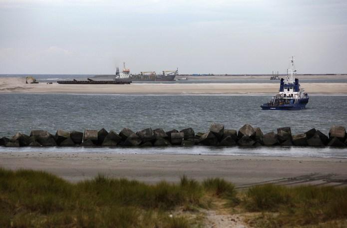 As dragas trabalham para criar novos terrenos em frente ao Europort para criar o Europort nr. 2 em Roterdã, em 1º de setembro de 2009. Com os cientistas prevendo que o nível do mar subirá cerca de um metro (3,3 pés) neste século, os holandeses estão revertendo séculos de tradição para criar planícies naturais de inundação para rios e reconstruir mangues como amortecedores. o mar. Em vez de levantar diques, os holandeses querem recuperar terras e construir áreas públicas de recreação que possam absorver as tempestades. Foto tirada em 1 de setembro de 2009.