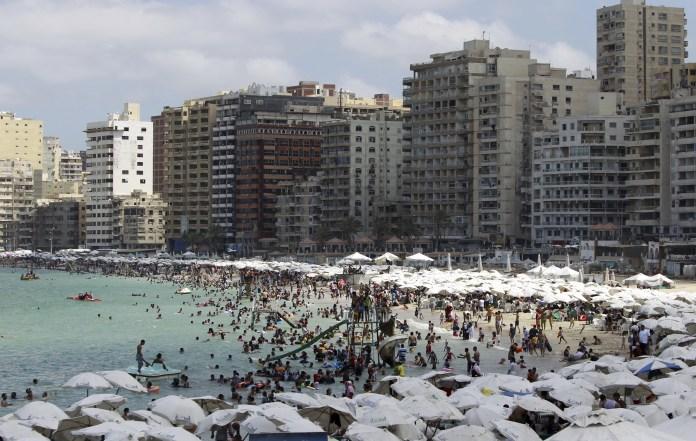 Egípcios lotam uma praia pública durante um dia quente na cidade portuária mediterrânea de Alexandria, 230 km (143 milhas) ao norte do Cairo, em 7 de setembro de 2012. REUTERS / Amr Abdallah Dalsh