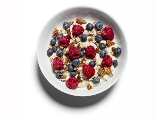 Porridge with pecans and berries