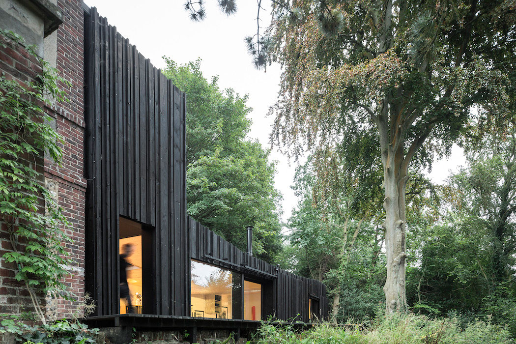 black house in the forest by marchi architectes yellowtrace. Black Bedroom Furniture Sets. Home Design Ideas