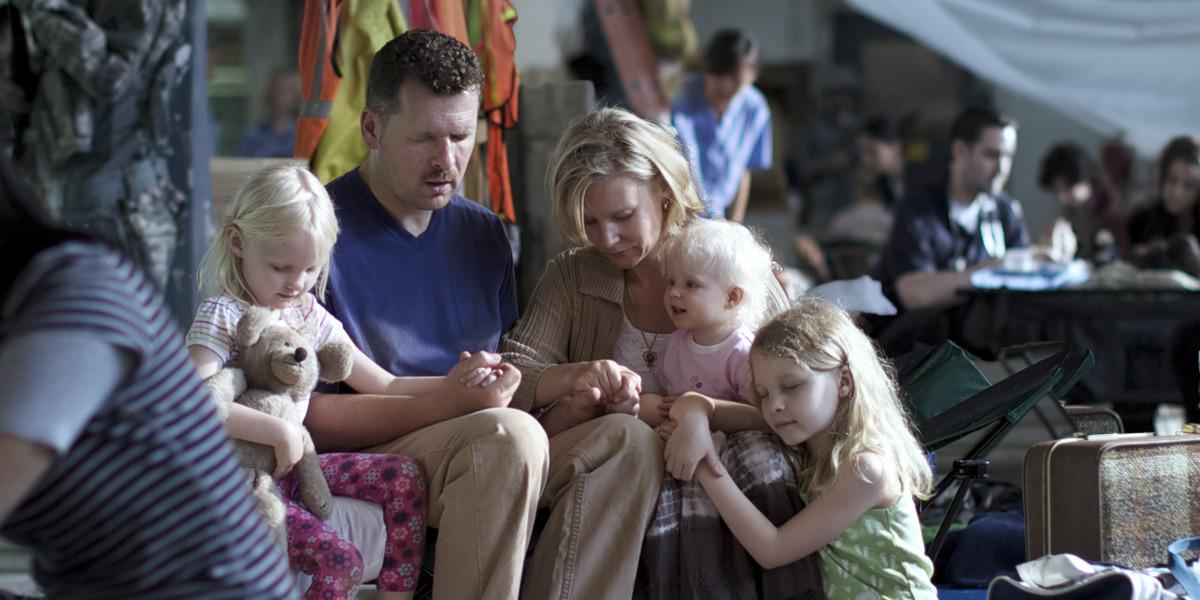 Familia orando