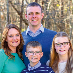 Nathan e Emma com seus filhos Eli e Hope.
