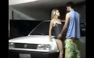 Flagrante de sexo no estacionamento do prédio