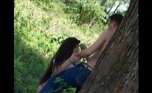Samba porno pai e filha transando em família no mato