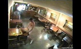 Camera de segurança flagra funcionarios do bar fodendo