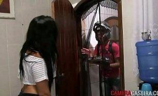Novinha dos peitinhos durinhos dando bucetinha a namorado