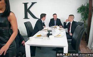 Adriana Chechik fazendo sexo grupal com o patrão e amigos