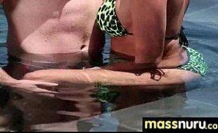 Sexo online na piscina de safado com morena