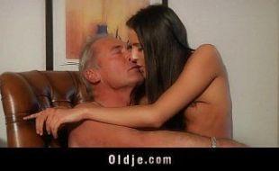 Filha seduzida pelo papai para transar em incesto gostoso