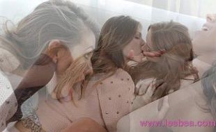 Novinhas loiras se acariciam e com as mãos dentro das xoxotas