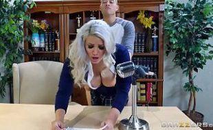 Loira puta pedindo leitinho na sua cara de rainha