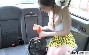 Peitudinha sexy demais transando no táxi