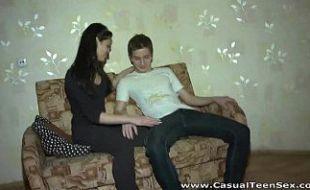 Novinha indiana nesse porno amador com as mãos na bucetona
