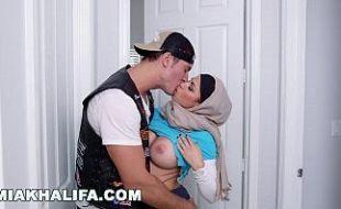 Mia Khalifa fodendo com mamãe e seu namorado em trio gostoso