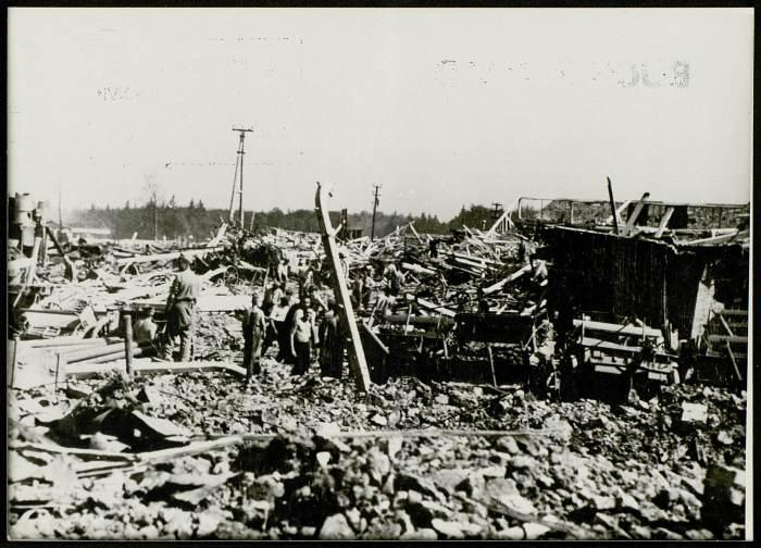 •Photographie de déportés dans le camp très certainement après les bombardements du 24 août 1944 © AFBDK
