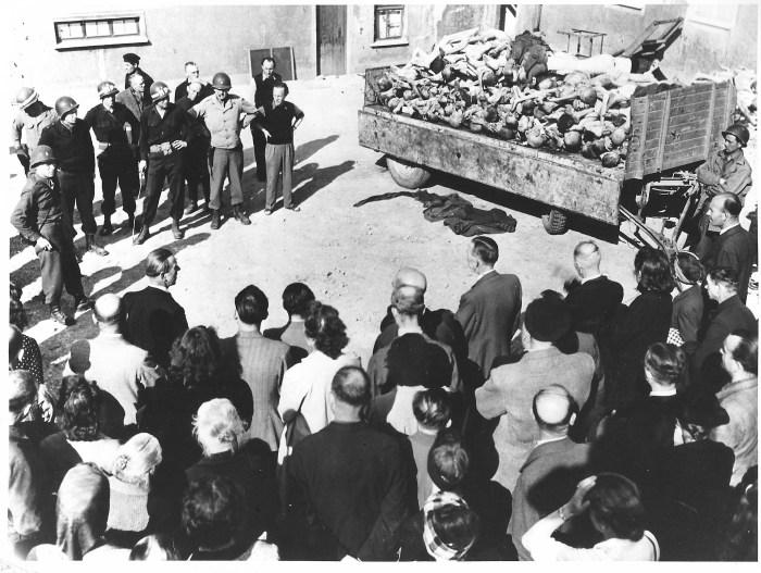 Photographie d'habitants de Weimar devant un chariot avec des corps de déportés © AFBDK