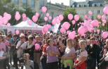 La marche a réuni plusieurs centaines de participants, tous porteurs de tee-shirts, accessoires ou ballons roses, au départ de la place Leclerc.