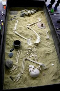 La tombe préhistorique après le passage des enfants