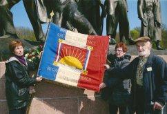 9. Buchenwald - Devant le monument du Mémorial, le drapeau de l'association, exacte réplique du drapeau confectionné clandestinement pour la Brigade Française d'Action Libératrice (l'une des unités clandestines militaires créées par l'organisation clandestine du camp)