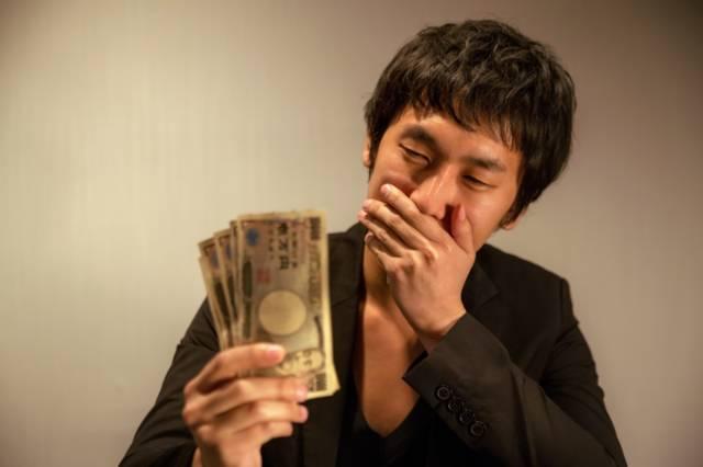 50代が深夜にビルの掃除の副業を続ける理由の一つは1万円稼げるから