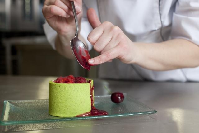 f25cf48e0d058b4aaa701a98a191fe49_s 空いた時間を有効活用!高級フランス料理店で副業する50代OLのリアル