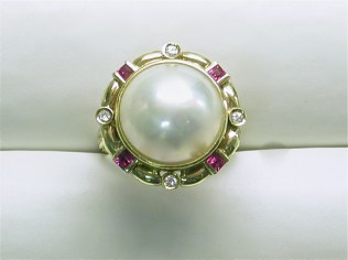 dr-2574 Mabe pearl ring with rubies & diamonds, 14K yellow gold