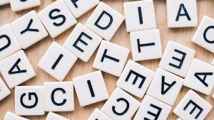 Lettres de scrabble en désordre