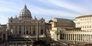 Migliaia di pellegrini affollano Piazza San Pietro per attraversare la porta Santa che verra' chiusa dal Papa. ANSA/BRAMBATTI