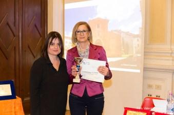 La giurata Michela Zanarella premia Maria Teresa Infante vincitrice di una Menzione d'Onore