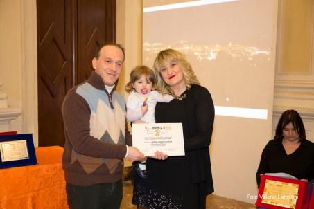 Il giurato Stefano Baldinu premia Maria Laura Valente, vincitrice della Menzione d'onore per la sezione haiku