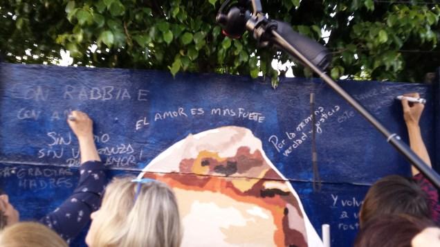 I presenti scrivono frasi per le Madri e contro i responsabili di questo ignobile gesto