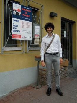 Omar Colombo all'ingresso del Circolo Fratelli Figini