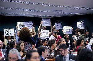 Manifestantes protestam contra a redução da maioridade penal.
